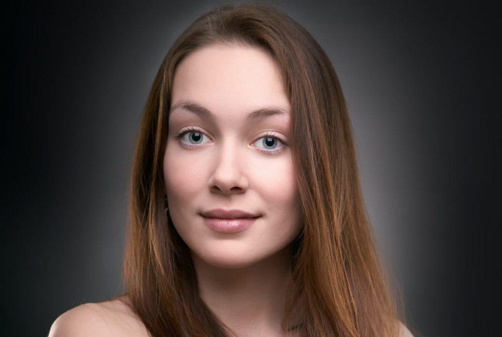 photo de portrait de femme sur arrière-plan sombre